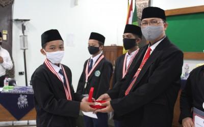 Kepala MTsN 1 Yogyakarta Menyerahkan Medali Kepada Pemenang IYIA 2020